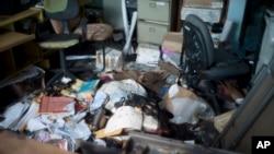 Estado en que quedó el piso de la oficina de Pro-Búsqueda, luego de ser allanada por hombres armados.