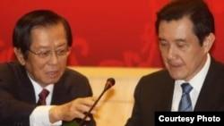 馬英九(右)致詞時表示,在主權上不可能有任何讓步。