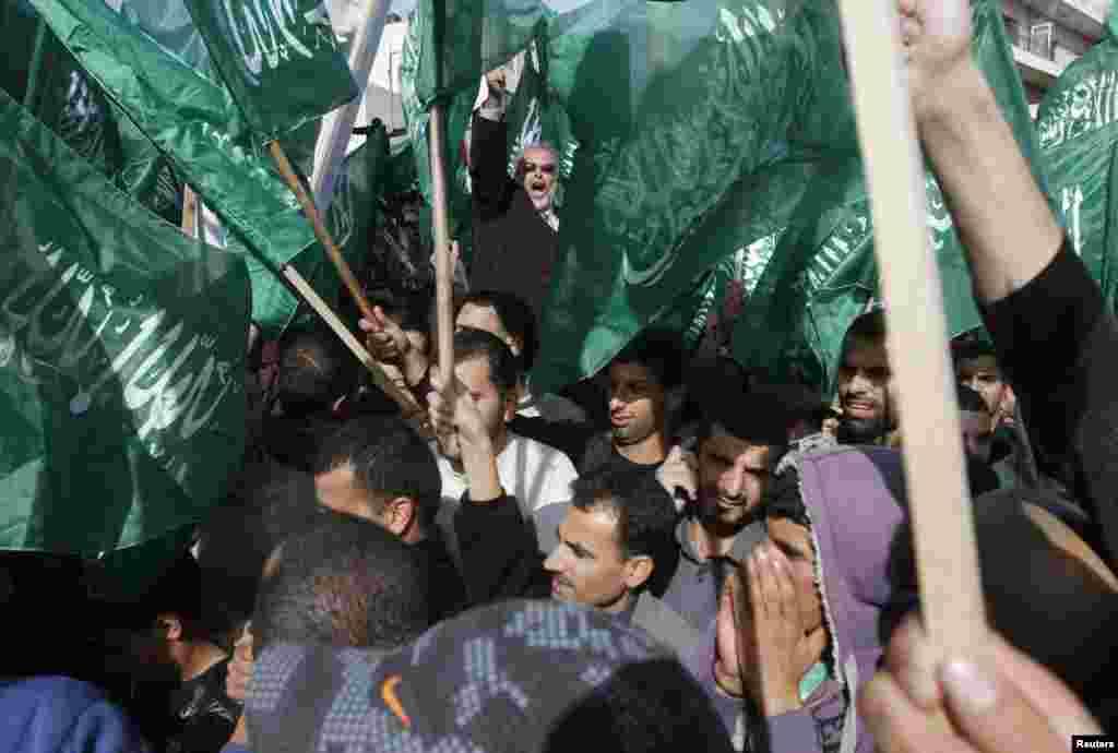 16일 서안도시 라말라에서 이스라엘 부대의 군사 작전에 항의하며 하마스 무장단체 깃발을 흔들고 있는 팔레스타인인들.