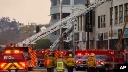 洛杉矶消防人员5月16日在火灾现场。消防局发言人说,火灾造成多名消防员受伤。