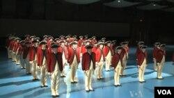 Drum band Angkatan Laut Amerika yang akan membuka upacara pelantikan Presiden Obama melakukan latihan di Washington DC (foto: dok).
