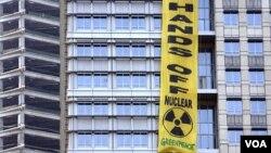 Spanduk yang dipasang aktivis Greenpeace tergantung di gedung kantor PT Medco Energi Internasional di Jakarta (foto: dok).