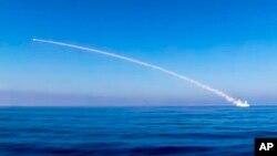 Imagen de video proporcionada por el Ministerio de Defensa ruso en que se muestra el lanzamiento de un misil crucero contra posiciones de ISIS en Siria.