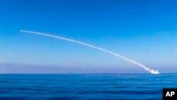 Misil yang diluncurkan dari kapal selam Krasnodar Rusia menyasar militan ISIS di kota Palmyra (31/5).