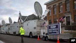 Трейлеры СМИ и плакат в поддержку Дональда Трампа на территории студенческого городка университета Дрейка в Де-Мойне, штат Айова, 28 января 2016.