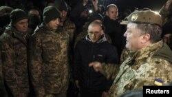 Tổng thống Ukraine Petro Poroshenko (phải) nói chuyện với các tù binh chiến tranh vừa được trao đổi hồi gần đây trong một cuộc gặp gỡ ở vùng Donetsk, Ukraine, ngày 27 tháng 12, 2017.