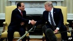 Le président Donald Trump serre la main à son homologue égyptien à Washington DC, le 3 avril 2017.