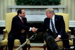 도널드 트럼프(오른쪽) 미국 대통령이 지난 4월 백악관 집무실에서 압델 파타 엘시시 이집트 대통령과 악수하고 있다.