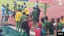 Bathabe okumangalisayo abafana beqembu leWarriors.