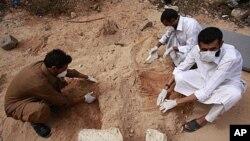 تدفین جسد معمرالقذافی