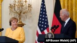 صدر بائیڈن اور جرمن چانسلر اینگلا مرکل وائٹ ہاوس میں ملاقات کے بعد صحافیوں کے سوالوں کے جواب دے رہے ہیں (اے پی)