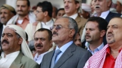 علی عبدالله صالح، ریس جمهوری یمن (وسط) در یک تظاهرات حامیان دولت در صنعا شرکت کرده است. ۱۳ مه ۲۰۱۱