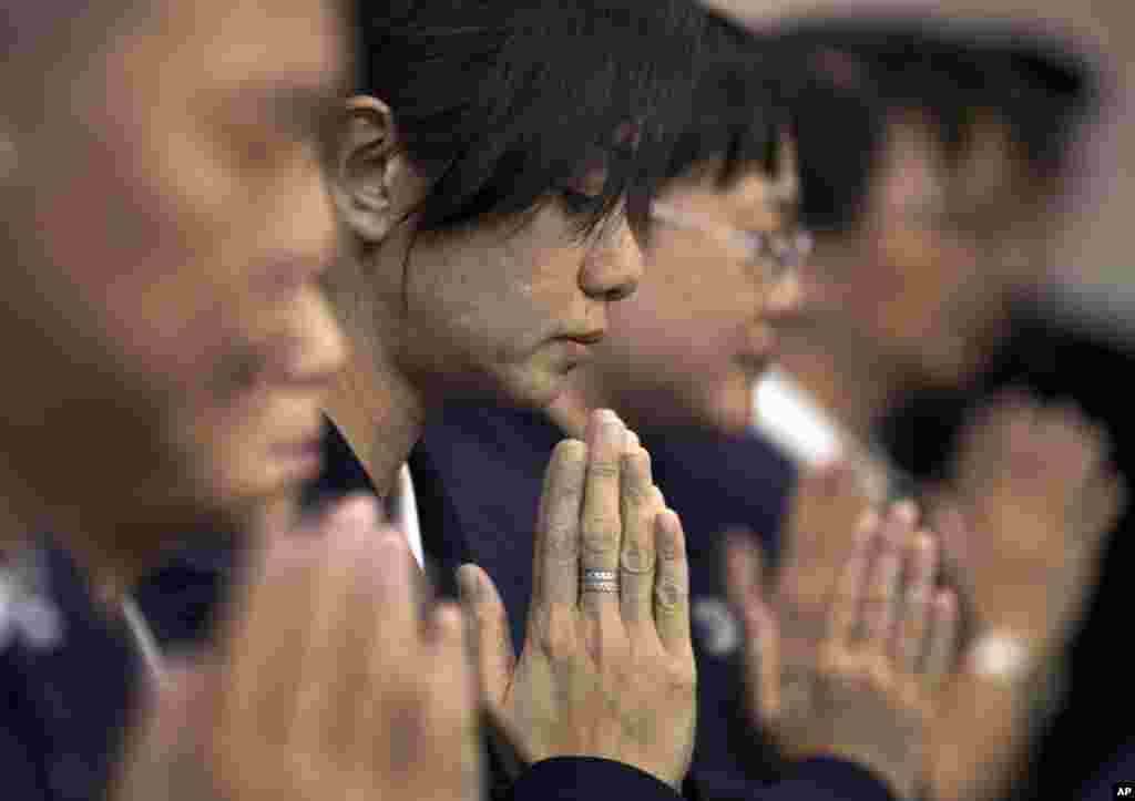 Volunteers from Taiwan's Buddhist association offer prayers for the Chinese passengers aboard Flight MH370, at a hotel in Beijing, April 1, 2014.