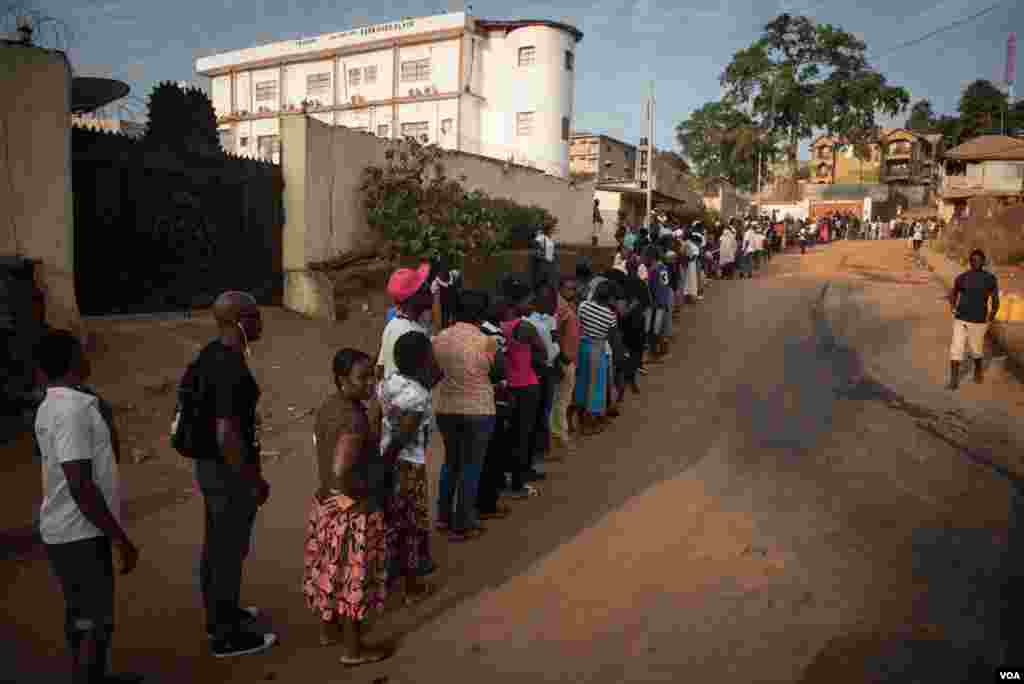 A line of voters snakes out onto the street in Freetown, Sierra Leone, March 7, 2018. (Photo: Jason Patinkin / VOA)