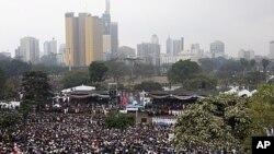 Keniya prezidenti yangi konstitutsiyaga qo'l qo'yar ekan, minglab keniyaliklar jarayonni katta ekran orqali tomosha qilmoqda. Nayrobi, Keniya, 27-avgust, 2010-yil.