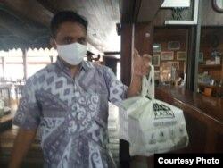Pelanggan Restoran Kampung Laut Semarang memuji penggunaan kantong bukan plastik produksi SainBag (courtesy).