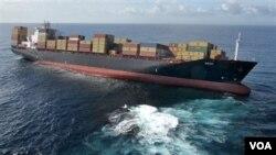 Kapal Rena terjebak di terumbu karang Tauraga, Selandia Baru, Rabu 9 Oktober 2010. Para penyelamat sedang berupaya membersihkan tumpahan minyak yang berasal dari kapal tersebut (foto:dok).