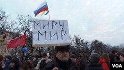 3月7日的莫斯科反战集会中退休人员格里格利手举标语:世界和平(美国之音白桦拍摄)