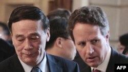 Bộ trưởng Tài chính Hoa Kỳ Timothy Geithner (phải) và Phó Thủ tướng Trung Quốc Vương Kỳ Sơn dự cuộc họp tại Washington