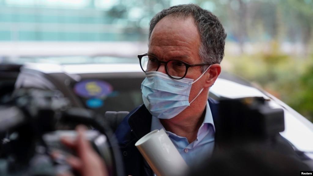 世卫组织丹麦籍新冠病毒武汉溯源专家组组长彼得·本·恩巴雷克(Peter Ben Embarek)在武汉机场。(2021年2月10日)(photo:VOA)