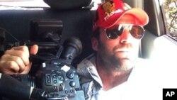 Esta foto familiar distribuida el jueves 25 de abril de 2013 muestra a Timothy Tracy dentro de un vehículo en Venezuela. El cineasta californiano de 35 años fue detenido el miércoles 24 por las autoridades venezolanas [Foto: AP/Cortesía de la familia].