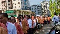 ပါတီညီလာခံ က်င္းပမယ့္ ေတာ္ဝင္ႏွင္းဆီခန္းမကို ဝင္ရန္ တန္းစီေနေသာ NLD ပါတီဝင္မ်ား။ မတ္လ ၈၊ ၂၀၁၃။