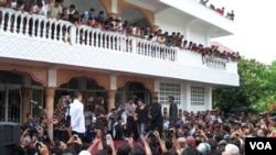 Para petugas bersiap melaksanakan ekseskusi cambuk terhadap para pelanggar syariah di Banda Aceh, 19 September 2014 (Foto: VOA/Budi Nahaba)