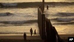 Забор на границе между США и Мексикой (архивное фото)