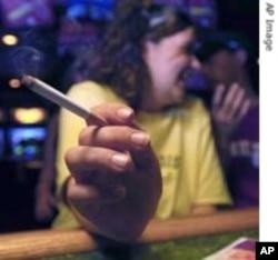 سگریٹ نوشی کرتی ہوئی ایک خاتون