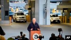 El secretario de Seguridad Nacional, John Kelly, habla en conferencia de prensa cuando los automóviles entran a Estados Unidos desde México en el puerto de entrada de San Ysidro.
