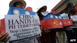 중국과 남중국해 영유권 분쟁 관련 국제 소송을 진행중인 필리핀의 학생들이 지난 3월 반중국 시위를 벌이고 있다. (자료사진)