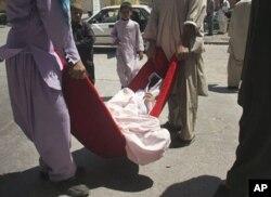 غیرنظامیان مجروحینی را که در اثر حملۀ طالبان زخمی شده اند انتقال میدهند.
