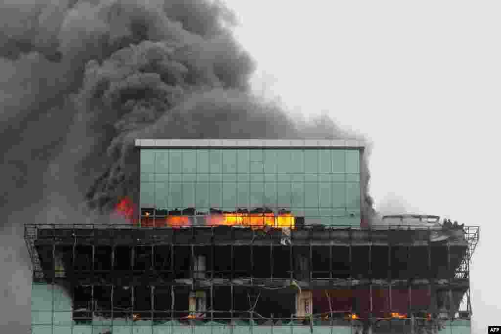 Lính cứu hỏa Ấn Độ (phải) mắc kẹt trên tòa nhà 22 tầng bị hỏa hoạn đang chờ trực thăng của Hải quân và Cảnh sát biển Ấn Độ đến cứu rong ở vùng ngoại ô phía tây của Mumbai. Hơn một chục lính cứu hỏa bị mắc kẹt.