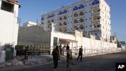 2일 소말리아의 수도 모가디슈의 테러 현장에 경찰이 출동했다.