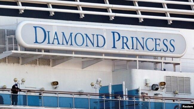 目前仍然停泊在日本横滨港的钻石公主号游轮(资料照片)