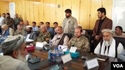 په دې عکس کې جنرال نکلسن د افغان مامورینو سره په کندوز کې د امنیت په اړه یوه غونډه کې ناست لیدل کیږي