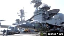 3일 한국 해군 부산기지에 입항한 미 해군 7함대 강습상륙전단 본험리처드함(4만1천t급) 비행갑판에 수직이착륙이 가능한 오스프리와 AV-8 해리어 공격기가 대기 중이다.