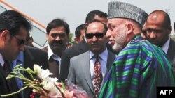 Tổng thống Afghanistan Hamid Karzai (phải) đến Pakistan