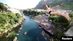 Seorang pria terjun dari Jembatan Tua dalam kompetisi terjun tradisional ke-452 di Kota Mostar, Bosnia dan Herzegovina, 29 Juli 2018.