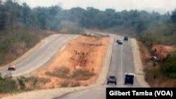 La route entre Abuja et Kaduna, au Nigeria, le 25 septembre 2020. (VOA/Gilbert Tamba)