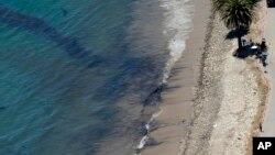 Limpieza en la playa de Refugio, al norte de Goleta en California.