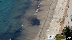2015年5月20日清理人员在加利福尼亚州处理漏油