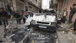 فلسطینیان خسارات وارد آمده را پس از حمله هوایی اسراییل به غزه بررسی می کنند