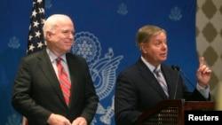 参议员麦凯恩和格雷厄姆(右)在开罗记者会上。2013年8月6日