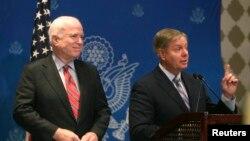 Senator Amerika Lindsey Graham (kanan) didampingi oleh Senator Jphn McCain memberikan keterangan pers di Kairo (6/8).