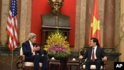 2015年8月7日,美国国务卿克里与越南国家主席张晋创在越南首都河内举行会晤。