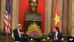 베트남를 방문한 존 케리 국무장관이 7일 하노이 대통령궁에서 쯔엉 떤 상 베트남 국가주석을 면담했다.