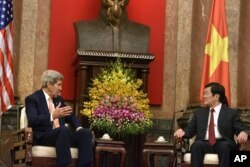 លោករដ្ឋមន្ត្រីការបរទេសសហរដ្ឋអាមេរិក John Kerry (ឆ្វេង) និងអតីតប្រធានាធិបតីប្រទេសវៀតណាម លោក Truong Tan Sang ជជែកគ្នាក្នុងជំនួបប្រជុំមួយនៅឯវិមានប្រធានាធិបតីក្រុងហាណូយ ប្រទេសវៀតណាម ថ្ងៃសុក្រ ទី៧ ខែសីហា ឆ្នាំ២០១៥។ (Brendan Smialowski via AP)