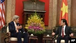2015年8月7日,美國國務卿克里與越南國家主席張晉創在越南首都河內舉行會晤。
