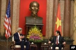 2015年8月7日,美国国务卿克里与越南国家主席张晋创在越南首都河内举行会晤